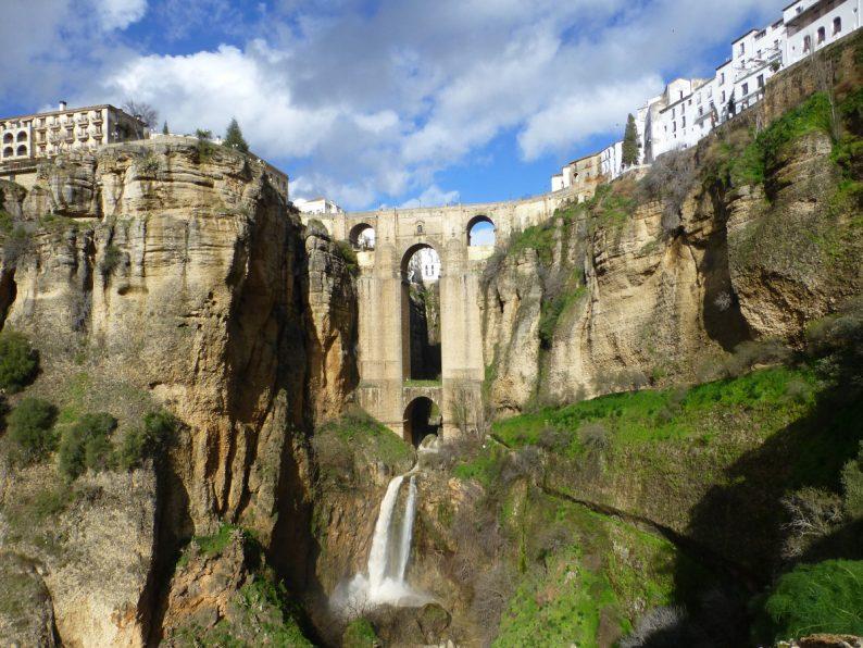 Andalousie, dans la lumière des villages blancs Le-Pont-Neuf-Ronda-en-Andalousie-1-794x596