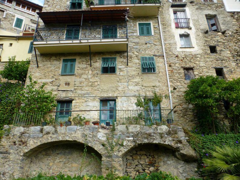 façades du village de Rocchetta Nervina, Italie